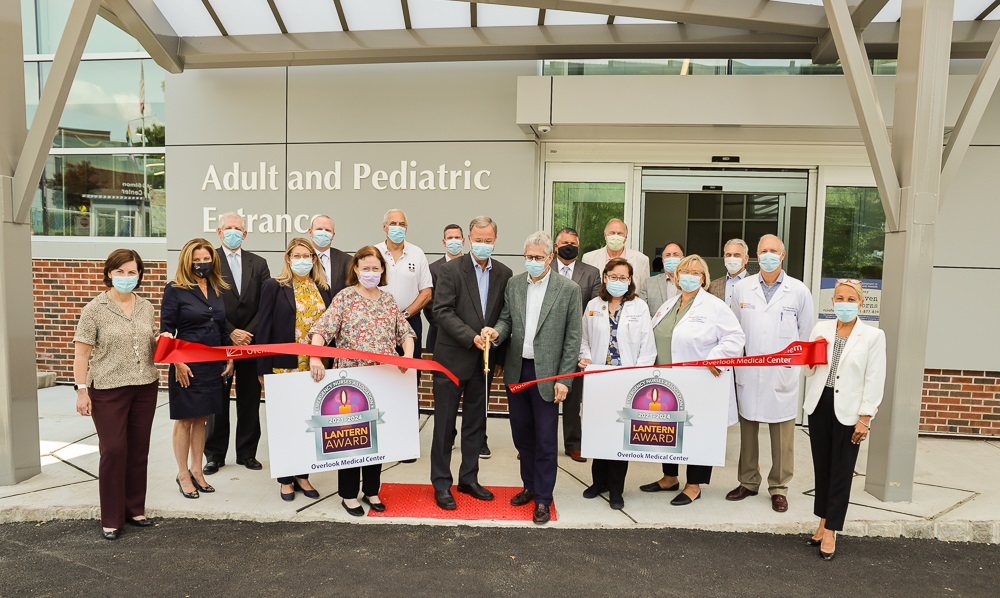 Overlook offi cials cut the ribbon on the redesigned emergency department entrance on July 15, 2021.