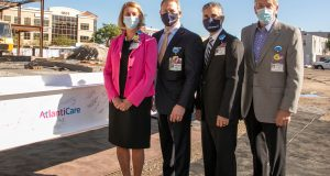 AtlantiCare President and CEO Lori Herndon, AtlantiCare System Board Chair Michael Charlton, AtlantiCare System Board Vice Chair David Goddard and AtlantiCare Regional Health Services Board Chairman Manuel Aponte at the beam signing for the AtlantiCare Medical Arts Pavilion on Sept. 10, 2021.